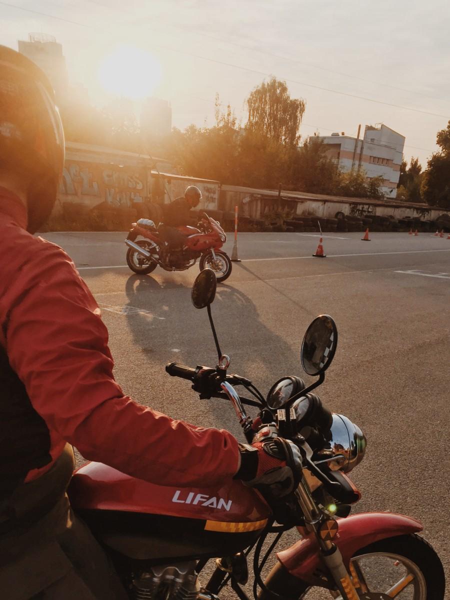 Мотоциклисты на площадке в мотошколе